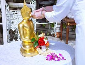 (写真)仏陀へ聖水を注ぐ儀式