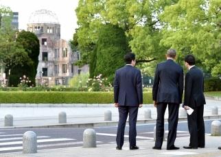 (原爆ドームを眺める両首脳と大臣)