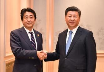 (写真1)日中両首脳の握手の様子