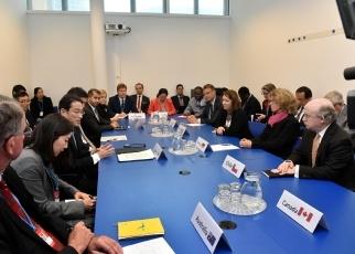 (写真9)軍縮・不拡散イニシアティブ(NPDI)諸国首席代表等との会合に出席した岸田外務大臣