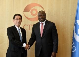 (写真14)ゼルボ包括的核実験禁止条約機関(CTBTO)準備委員会暫定技術事務局長と岸田外務大臣との握手の様子