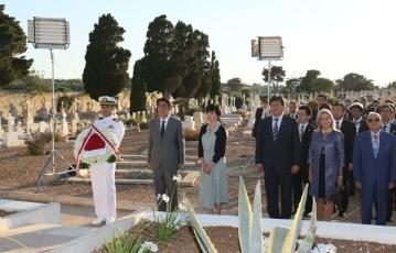 写真1:旧日本海軍戦没者墓地での安倍総理夫妻