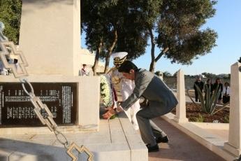 写真2:旧日本海軍戦没者墓地で献花する安倍総理大臣