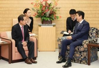 写真2:洪準杓自由韓国党代表一行と会談する安倍総理大臣