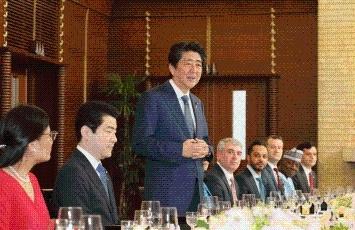 安倍総理大臣と日本語を話す駐日...