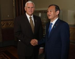 ペンス米副大統領と握手する菅官房長官