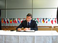 (写真)ハンス・ディートマール・シュヴァイスグート駐日欧州連合代表部大使による署名