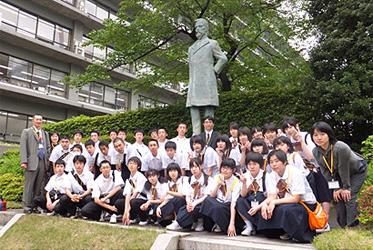 (写真)小中高生の外務省訪問(平成24年5月9日)青森県(八戸市)市立長者中学校の皆さん