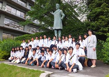 (写真)小中高生の外務省訪問(平成24年6月6日)三重県(四日市市)市立大池中学校