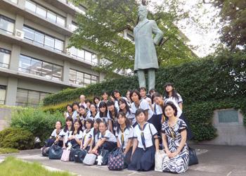 (写真)小中高生の外務省訪問(平成24年8月28日)神奈川県(川崎市)私立カリタス女子中学校