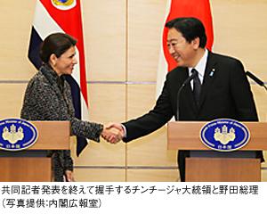 共同記者発表を終えて握手するチンチージャ大統領と野田総理