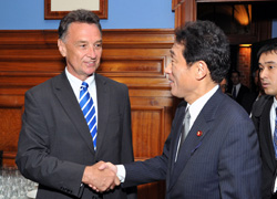 (Photo) Meeting between Foreign Minister Kishida and Australian Trade and Competitiveness Minister Dr Emerson-1