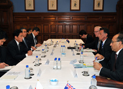 (Photo) Meeting between Foreign Minister Kishida and Australian Trade and Competitiveness Minister Dr Emerson-2